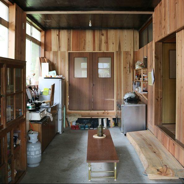 玄関入ってすぐの土間キッチン